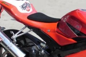 Pěna na sedlo universální tvar - ukázka na motocyklu