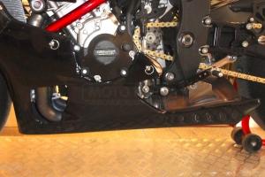 Ukázka dílů Motoforza na motocyklu Yamaha YZF R1M 2015 s original výfukem